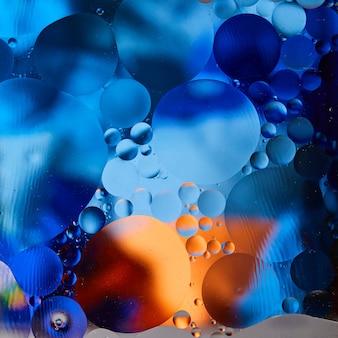 Abstracte achtergrond met levendige kleuren. experimenteer met oliedruppels op water. kleurrijke bellen.