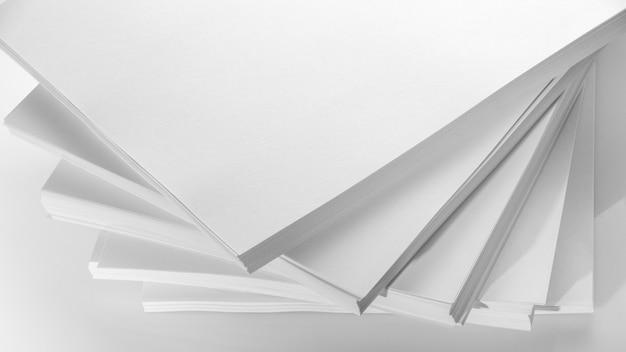 Abstracte achtergrond, minimalisme. verschillende stapels wit papier voor fotokopieerapparaat, op een witte achtergrond. kantoor werk concept.