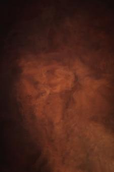 Abstracte achtergrond, rode, oranje en bruine nevelkleur, creatieve vloeibare textuur, donker en licht, rood rivierwater en stof drijvend in water