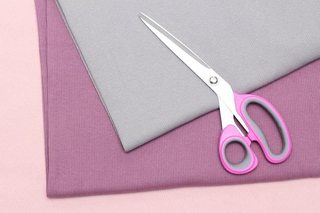 Abstracte achtergrond. schaar op de strelingen van de stof. naaien hobby concept. winkel atelier.