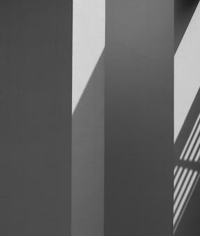 Abstracte achtergrond van een witte muur met schaduwen uit het raam. - monochroom