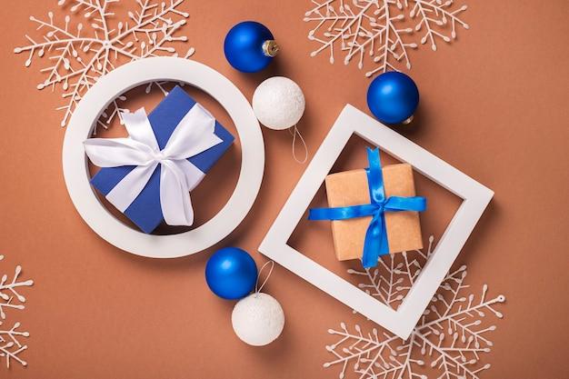 Abstracte achtergrond van geometrische vormen, kerstboomversieringen. banier. plat lag, bovenaanzicht.