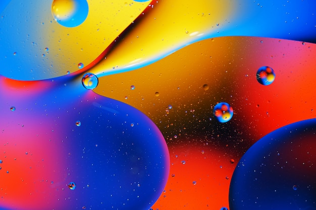 Abstracte achtergrond van kleurrijke bubbels op het oppervlak van water en olie voor uw ontwerp.