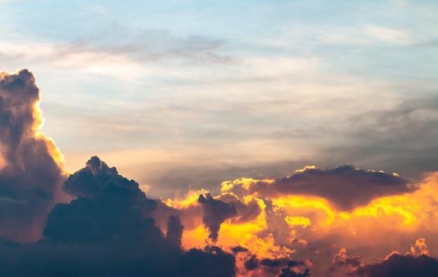 Abstracte achtergrond van kleurrijke dramatische hemel in schemering.