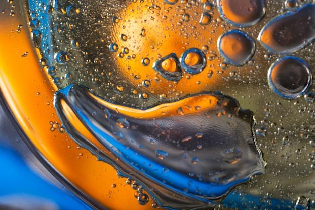 Abstracte achtergrond van olieachtige druppels in water
