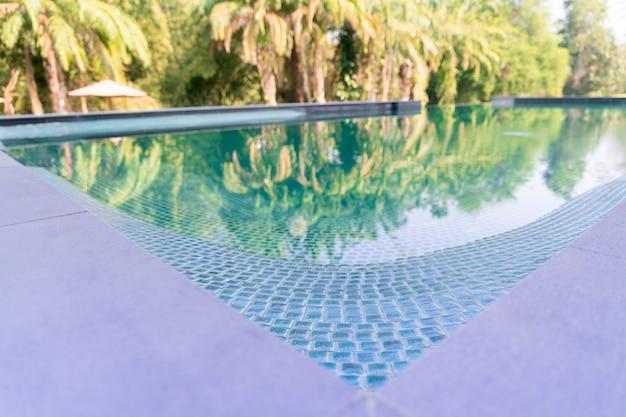 Abstracte achtergrondgeluiden, een hoek van blauw zwembad
