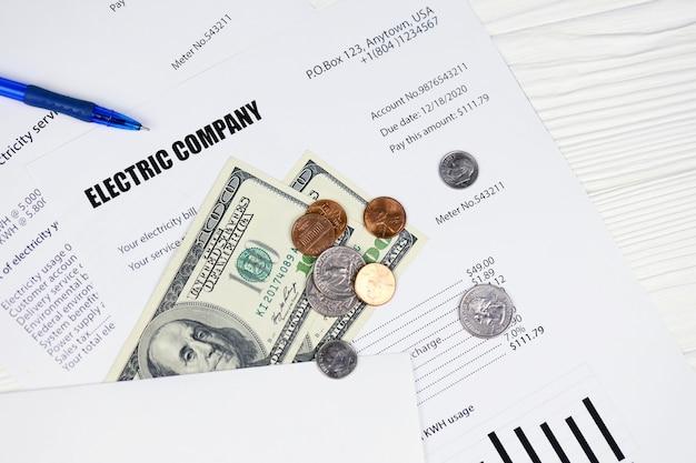 Abstracte amerikaanse elektriciteitsrekening. concept om geld te besparen door gebruik te maken van energiebesparende led-lampen en de factuur voor de betaling van de elektriciteitsrekening