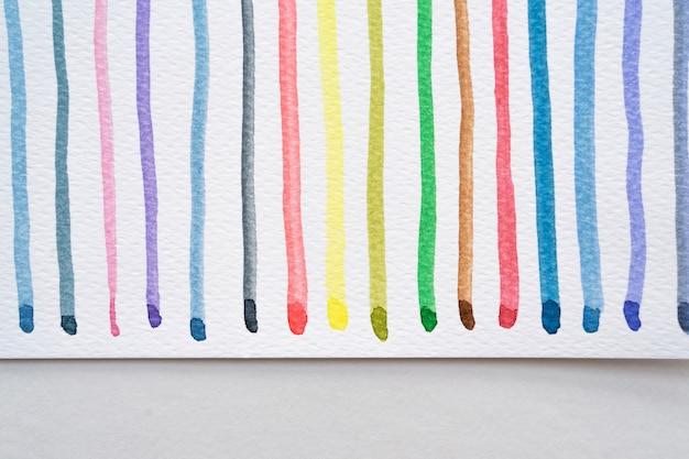 Abstracte aquarel lijnen patroon achtergrond. kleurrijke aquarel geschilderd penseelstreken op wit. detailopname.