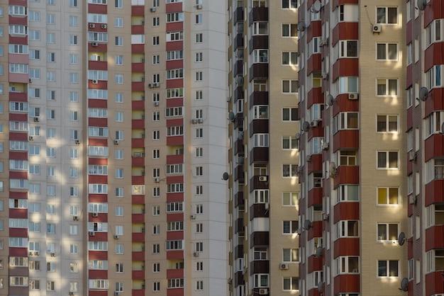 Abstracte architecturale achtergrond met flatgebouwen in een groeiende stad