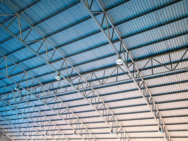 Abstracte architectuur hoog kleurrijk blauw en oranje metalen golfplaten dak