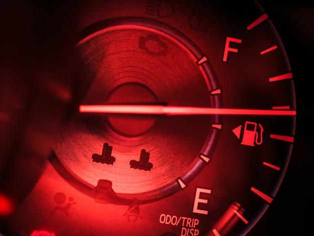 Abstracte autosnelheidsmeter in rode toon
