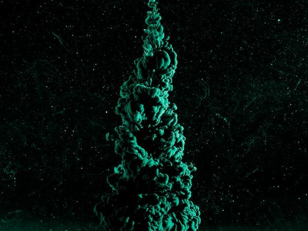 Abstracte azuurblauwe waas in donkere vloeistof