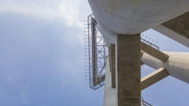 Abstracte betonnen constructie naar de top met blauwe hemelachtergrond