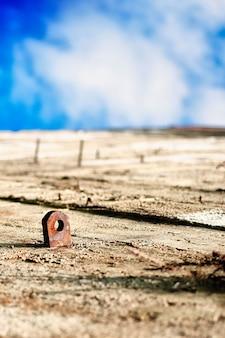 Abstracte betonnen muur die de indruk geeft van een woestijn en een blauwe hemel