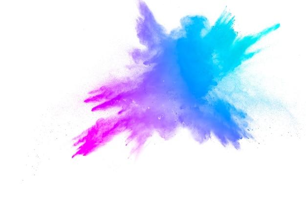 Abstracte blauw-roze stofexplosie op witte achtergrond. bevries beweging van blauw-roze poeder spatten.