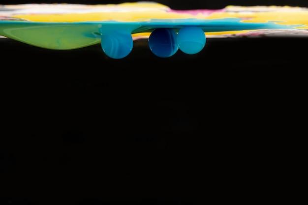 Abstracte blauwe acrylballen in water met exemplaarruimte