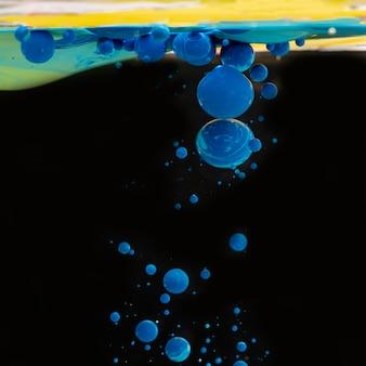 Abstracte blauwe acrylballen in water