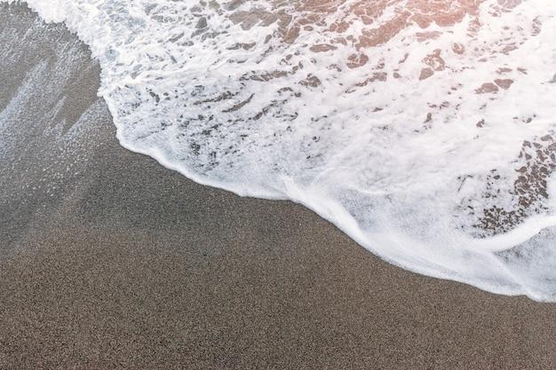 Abstracte blauwe zeewaterachtergrond met wit schuim