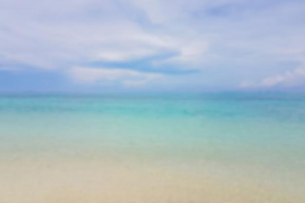 Abstracte bokeh achtergrond van de zomer blauwe zee water op het strand.