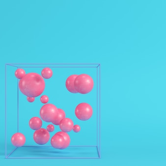 Abstracte bollen in draaddoos op heldere blauwe achtergrond in pastelkleuren