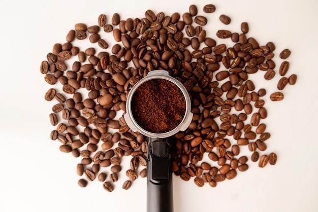 Abstracte boomvorm gemaakt van koffiebonen