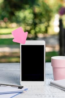Abstracte buitenfotografie met smartphone, weergave van nieuw apparaat, ideeën voor tuincafés, ontspanningservaring, natuur omarmen, fris warm klimaat, telefoongesprekken