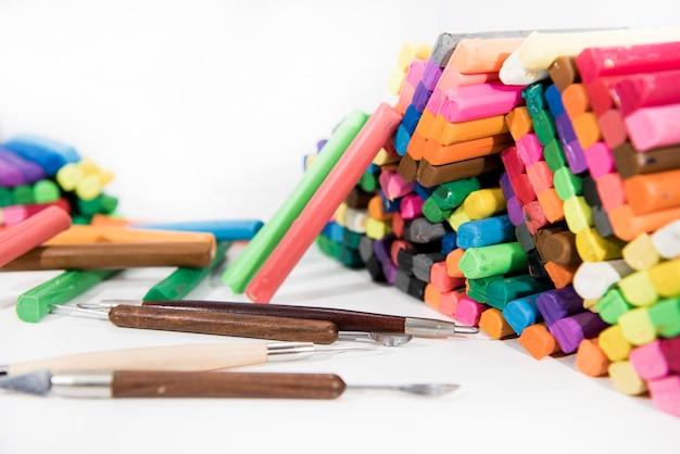 Abstracte compositie van iets maken van plasticine (klei spelen)