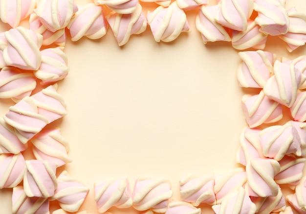 Abstracte compositie van marshmallows. frame gemaakt van marshmallows. bovenaanzicht