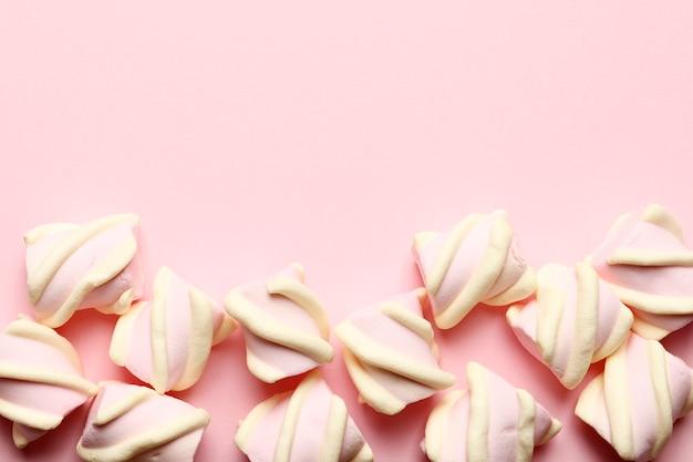 Abstracte compositie van marshmallows op een roze achtergrond. tov weergave