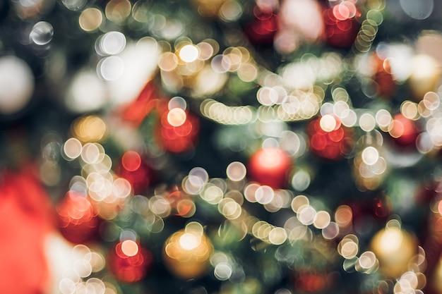 Abstracte de decoratiebal van het kleurenonduidelijke beeld en licht koord op kerstmisboom met bokeh