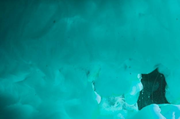 Abstracte dichte azuurblauwe golvende rook