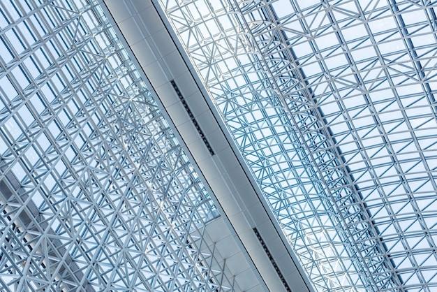 Abstracte dichte omhooggaand van moderne binnenlandse architecturale het patroonachtergrond van de metaalstructuur.
