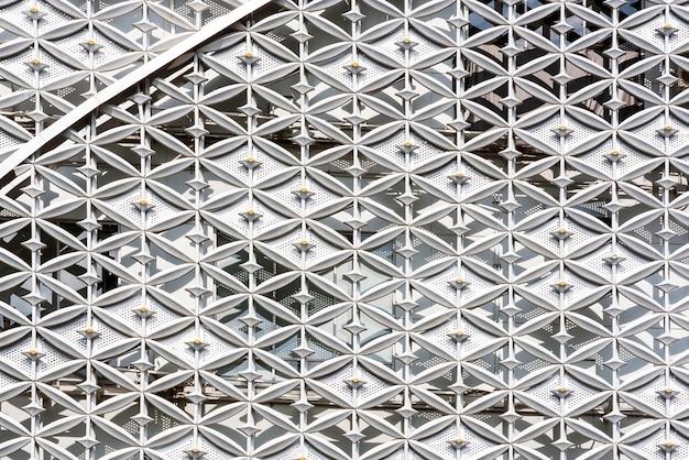 Abstracte dichte omhooggaand van moderne buiten architecturale het patroonachtergrond van de metaalmuur.
