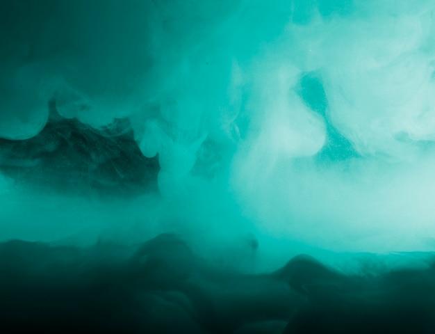 Abstracte dichte wolk tussen azuurblauwe rook