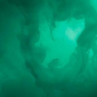 Abstracte dichte wolk tussen azuurblauwe waas