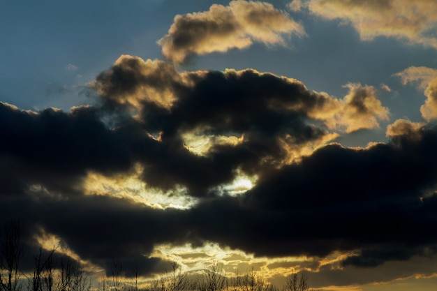 Abstracte dramatische en humeurige roze, purpere en blauwe bewolkte de zonsonderganghemel van de aard