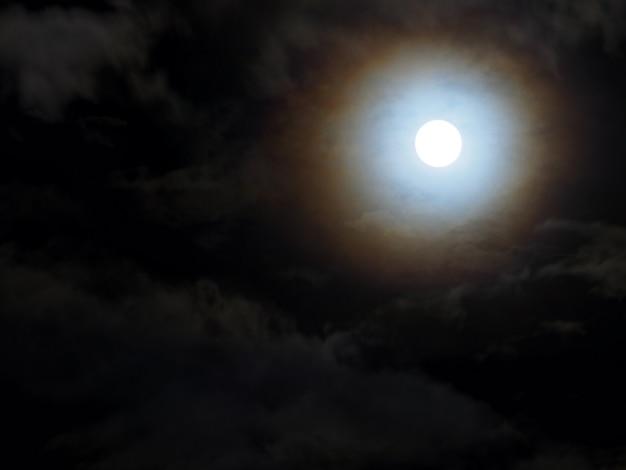 Abstracte dramatische nachthemel en volle maan