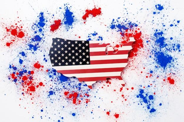 Abstracte explosie van rood en blauw holi gekleurd poeder met de kaart van de vs ter herdenking van de onafhankelijkheidsdag