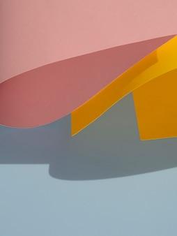 Abstracte gebogen papiervormen met schaduw