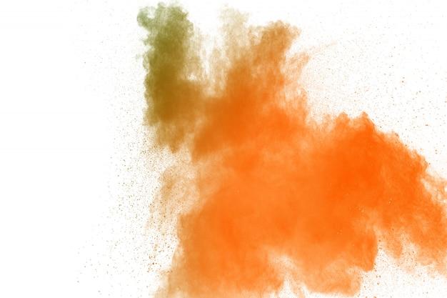 Abstracte geeloranje poederexplosie op witte achtergrond.
