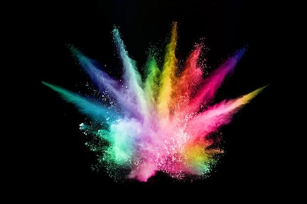 Abstracte gekleurde stofexplosie op een zwartabstract geplet poeder.