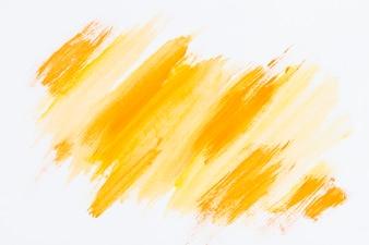 Abstracte gele penseelstreek op witte achtergrond