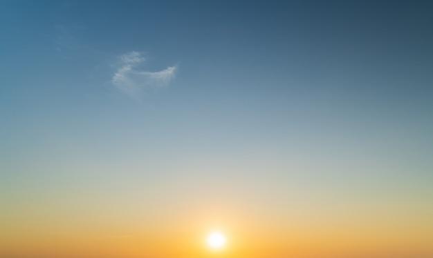 Abstracte geweldige scène van stuning kleurrijke zonsondergang wolken achtergrond in de natuur en reizen concept