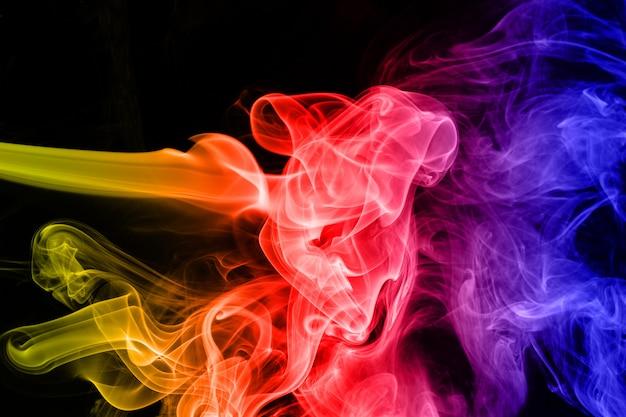 Abstracte gradiënt gekleurde rook die op een zwarte achtergrond voor uw ontwerp wordt geïsoleerd.