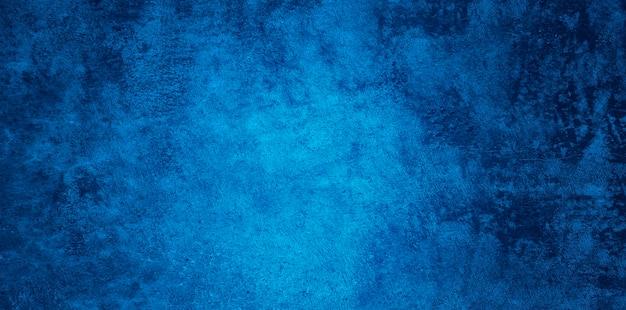 Abstracte grunge decoratieve opluchting marineblauwe stucwerk muur textuur. brede hoek ruw gekleurde achtergrond