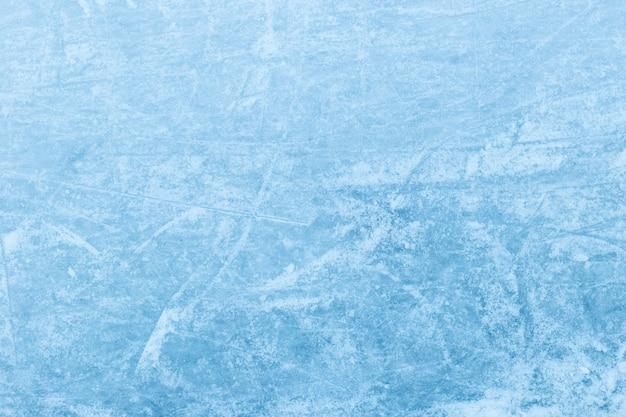 Abstracte ijstextuur. natuur blauwe achtergrond. sporen van schaatsen op ijs