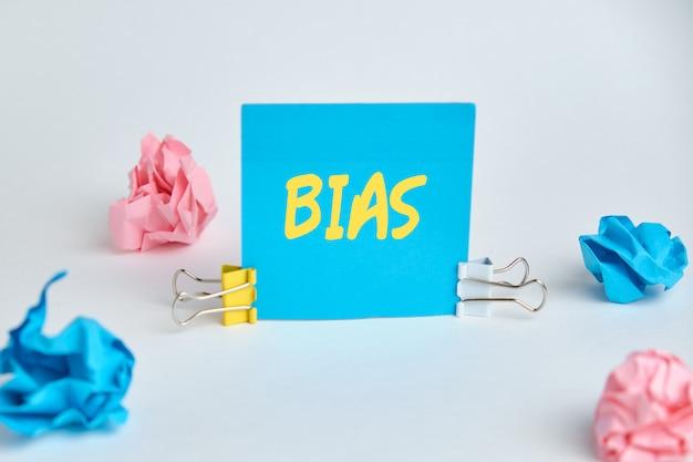 Abstracte inscriptie bias op een blauwe sticker.