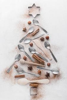 Abstracte kerstboom gemaakt met tafelgerei
