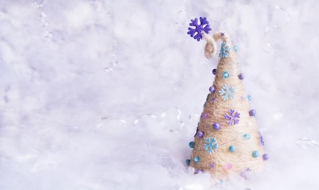 Abstracte kerstboom in de sneeuw met kopie ruimte. nieuwjaar en kerstbanner