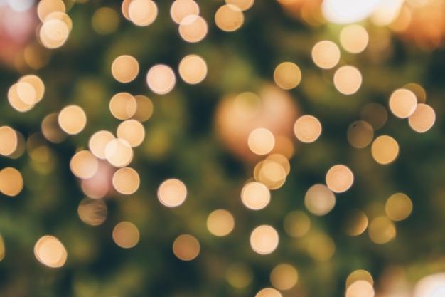 Abstracte kerstvakantie met feestelijk gouden bokeh licht op boom wazig background